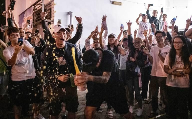 Opositores a China arrasan en las urnas