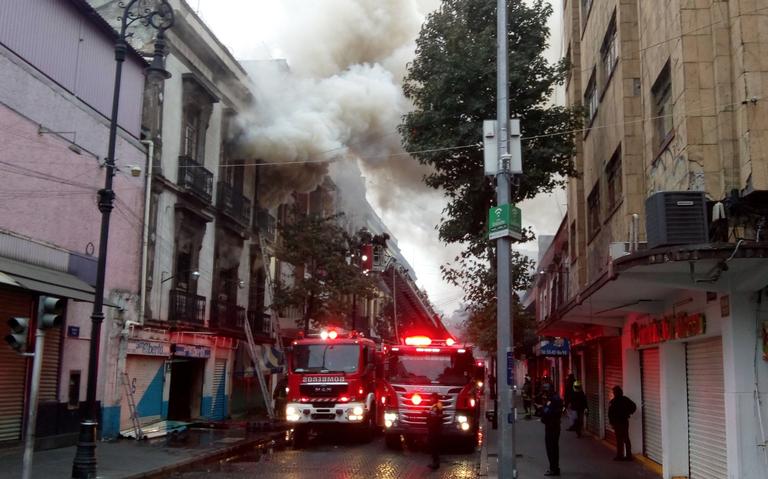 Fuerte incendio consume edificio sobre República de Uruguay y Las Cruces