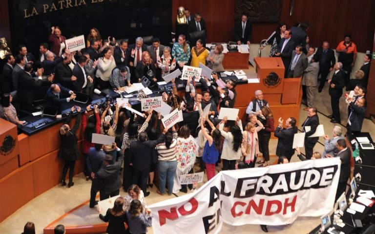Entre empujones, Rosario Piedra rinde protesta como presidenta de la CNDH