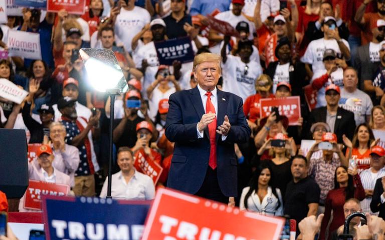 Con insultos contra sus adversarios, Trump comienza Día de Gracias en Florida