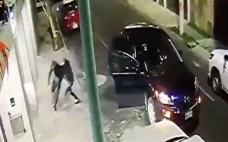 Detienen a uno de los ladrones que ingresó a garage para asaltar a familia en Lindavista