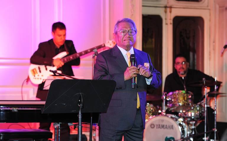 Armando Manzanero recibe homenaje por su labor altruista