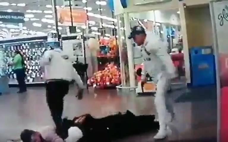 Con extrema violencia asaltan tienda de autoservicio en Ciudad Satélite
