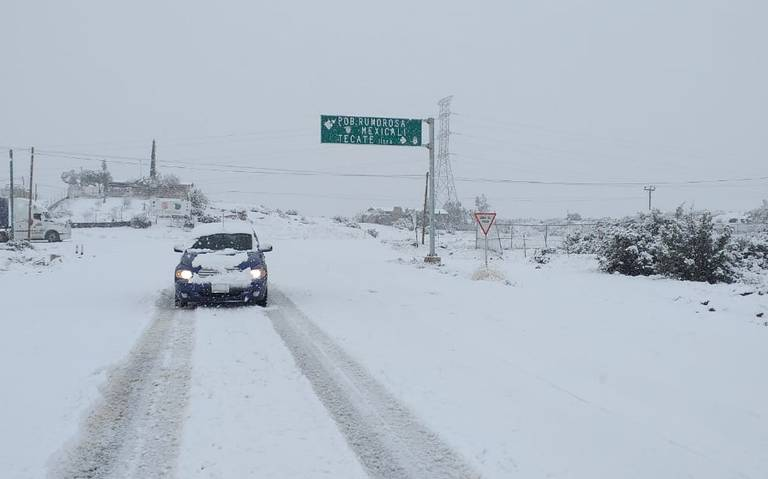 Cierran carretera La Rumorosa, en Baja California, por caída de nieve