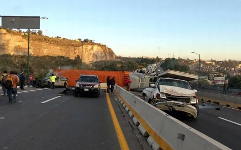 Vuelca tráiler en autopista Chamapa-La Venta con dirección a Toluca