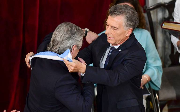 En medio de una crisis, Fernández toma protesta como presidente de Argentina