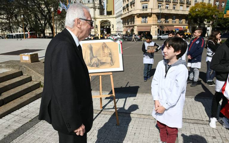 Cachan a embajador de México en Argentina robando un libro