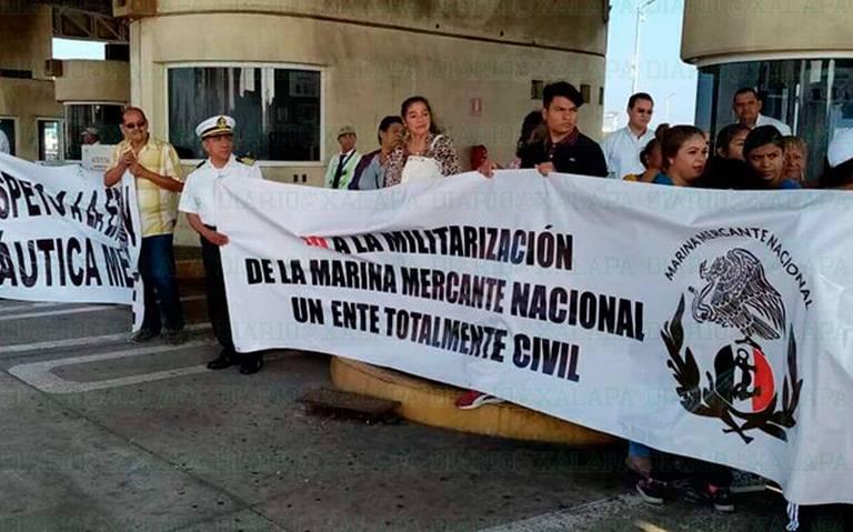Marinos mercantes bloquean entradas a zona portuaria de Veracruz