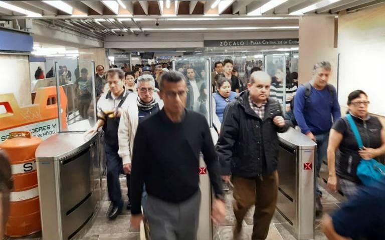 Cambian en Metro Zócalo torniquetes por puertas de cristal