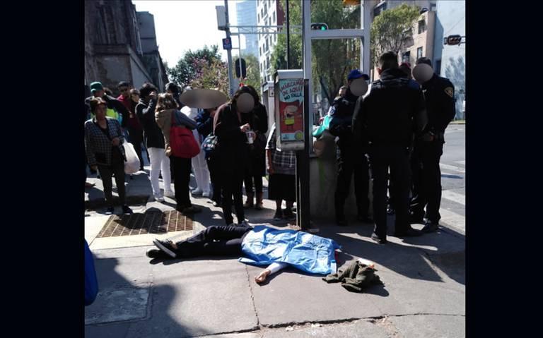 Joven mujer muere en la calle, al parecer le falló el corazón