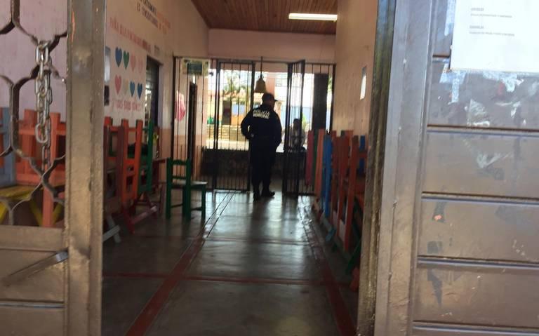 Sorprenden a niño con un revolver al interior de escuela primaria