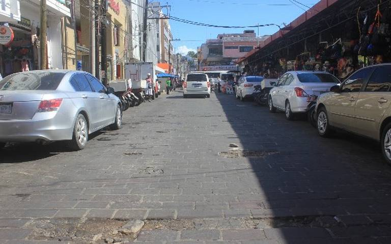 Baches 'inundan' las calles del Centro de Mazatlán