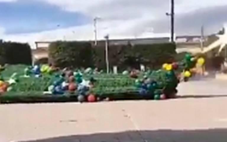 [Video] Fuertes vientos derriban enorme árbol de navidad en Hidalgo