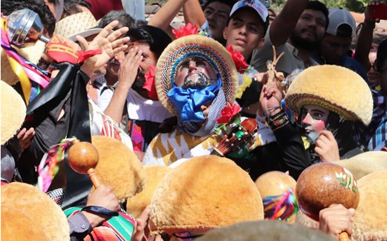 Danza de parachicos dan color a la Fiesta Grande de Chiapas