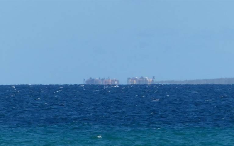 """[Video] Aparece """"ciudad flotante"""" en playa de Baja California Sur"""