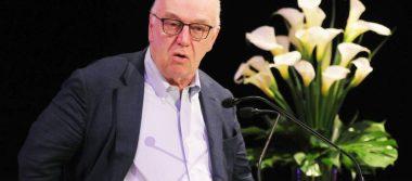 Poeta James Fenton comparte su legado