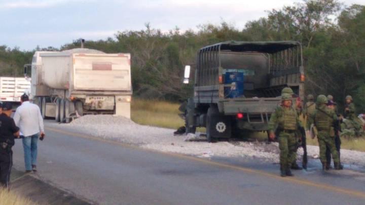Unidad de la Sedena se impacta contra la caja de un camión, hay doce lesionados