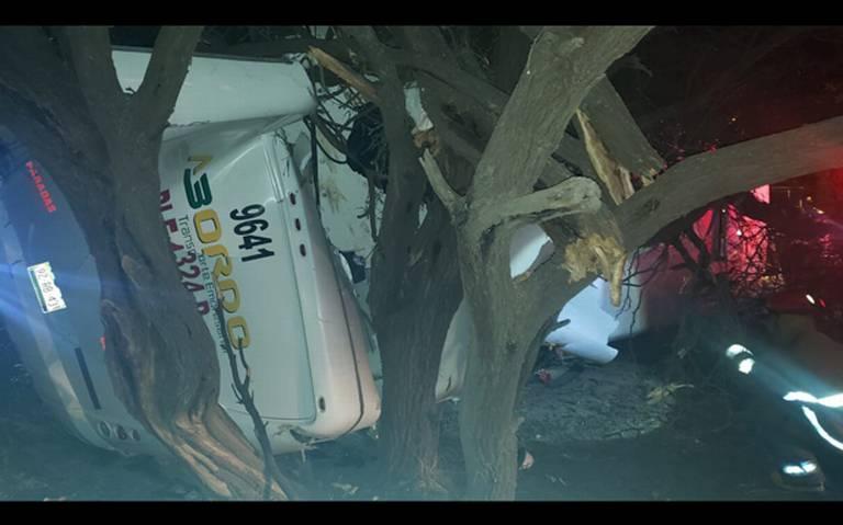 Choque de tren contra autobús en Silao; deja un muerto y seis lesionados