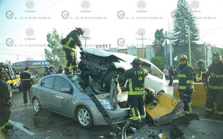 Auto voló al carril de sentido contrario, cae encima de coche en la Venustiano Carranza