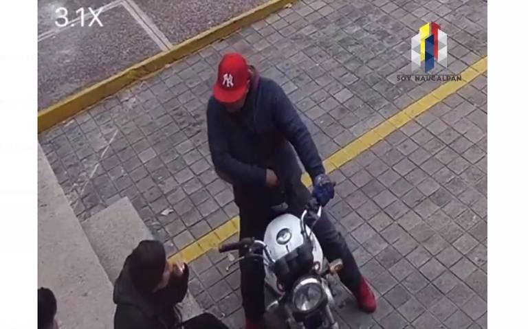 Sujeto en moto asalta a joven pareja en Cd. Satélite, Naucalpan