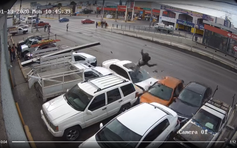 [VIDEO] Atropellan a joven a alta velocidad y sale volando
