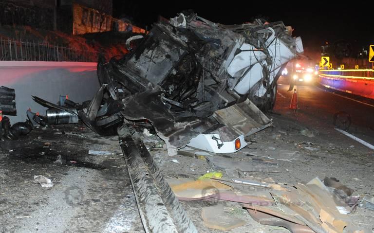 Mueren prensados por accidente en la México-Cuernavaca