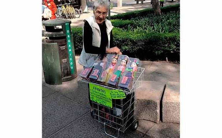 [Fotos] Abuelita se gana la vida vendiendo 'Friditas' en Reforma