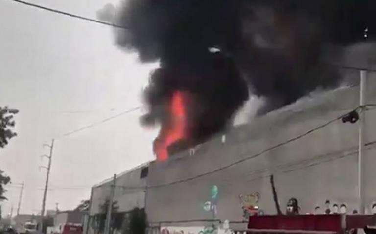 Reportan fuerte incendio en bodega de químicos, en Monterrey