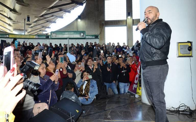 Con todo y mariachi, Lupillo Rivera da concierto en el Metro