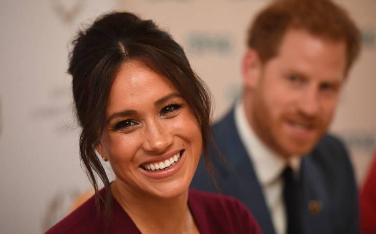 Meghan sale de Reino Unido mientras la realeza británica busca soluciones
