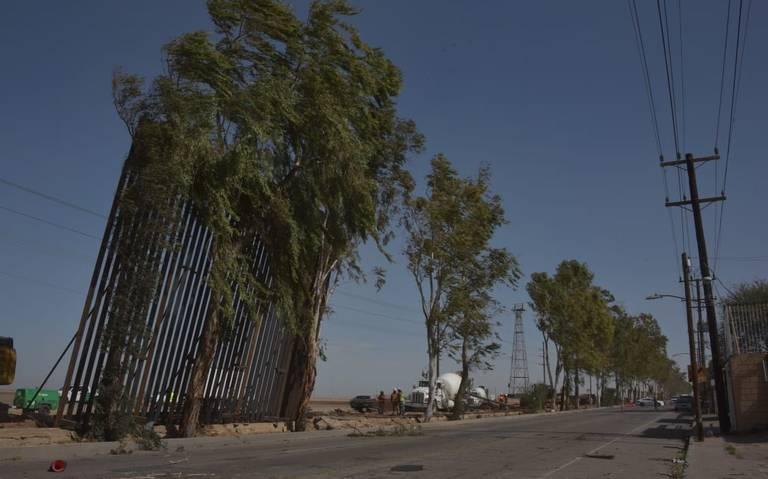 Ventarrón tira parte del muro fronterizo en Mexicali