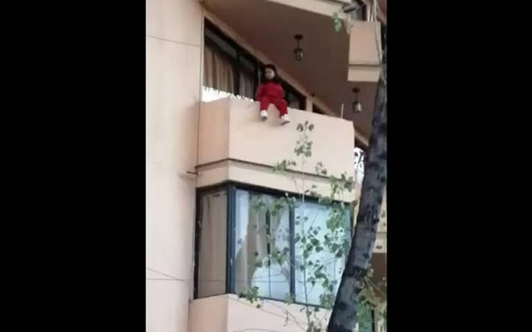 Rescatan a pequeña sentada en el balcón de un cuarto piso [VIDEO]