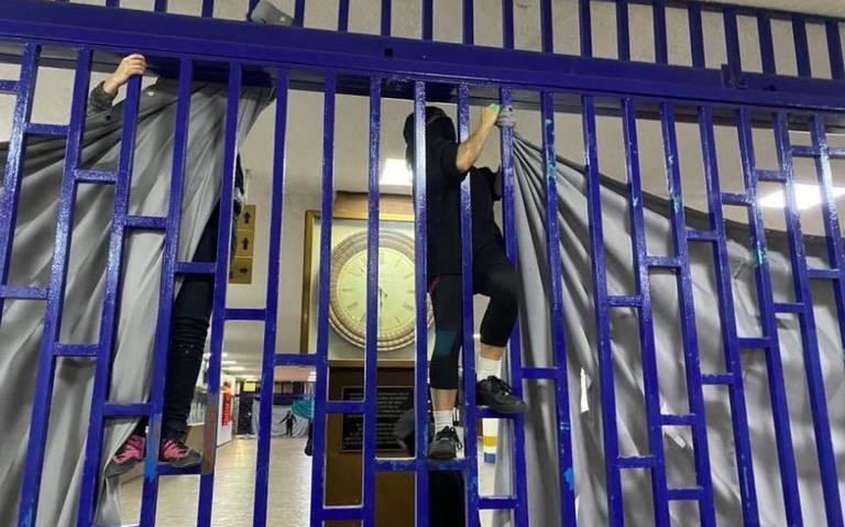 Encapuchados intentan tomar facultad de Derecho de la UNAM