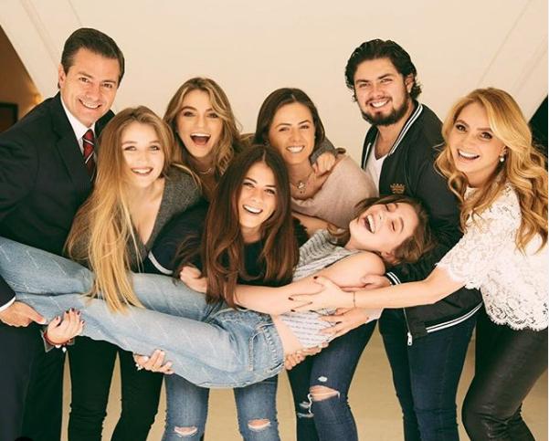 En redes sociales se difundió un vídeo, Angélica Rivera y a su hija Sofía Castro llorando.
