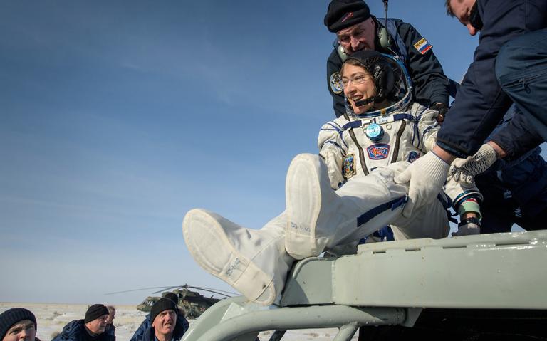 Regresa a la Tierra Christina Koch, astronauta que rompió récord en el espacio