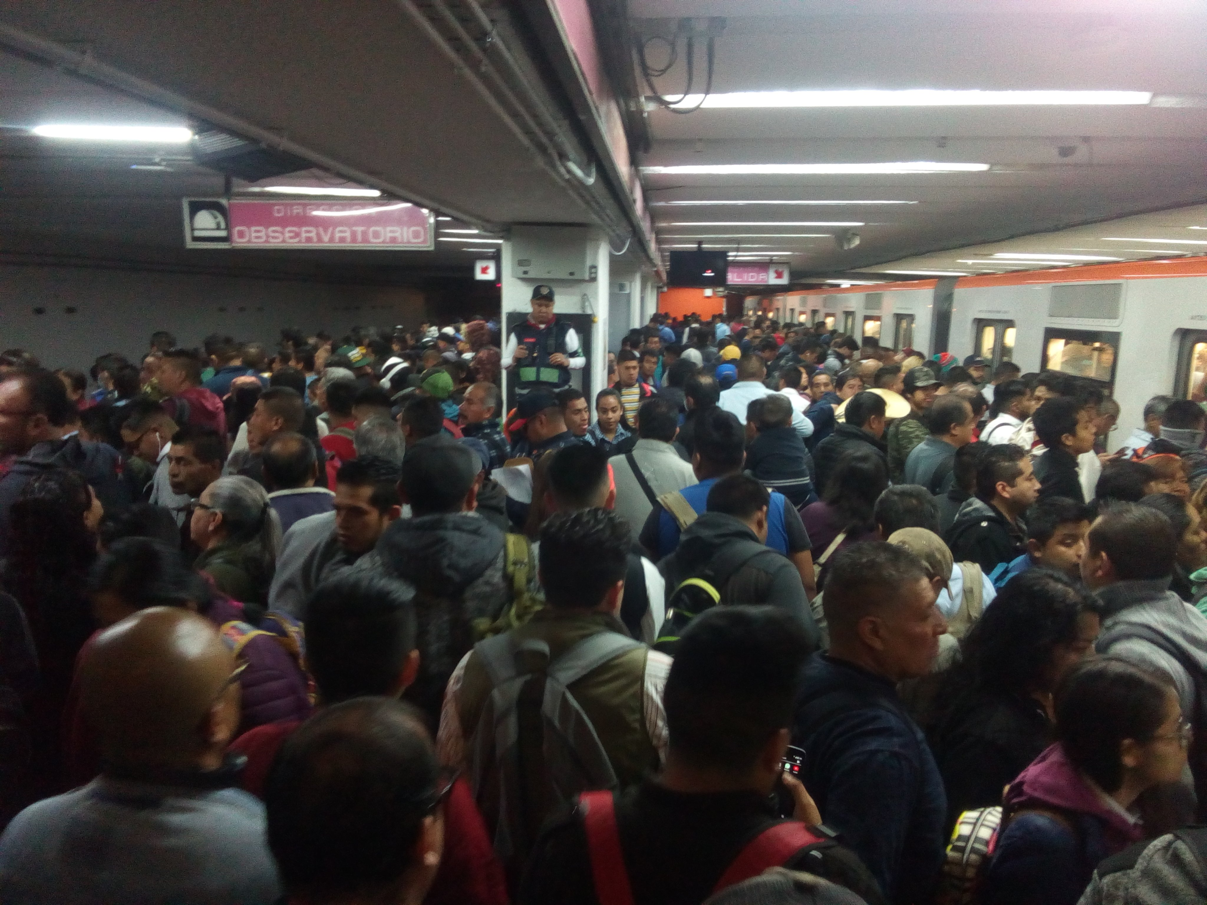 Cierran estaciones del metro