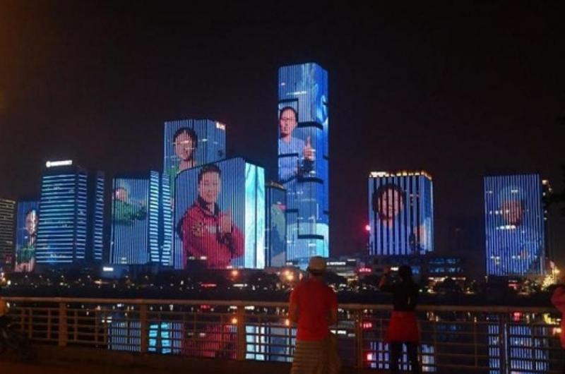 China proyecta en edificios rostros de médicos que luchan contra el coronavirus