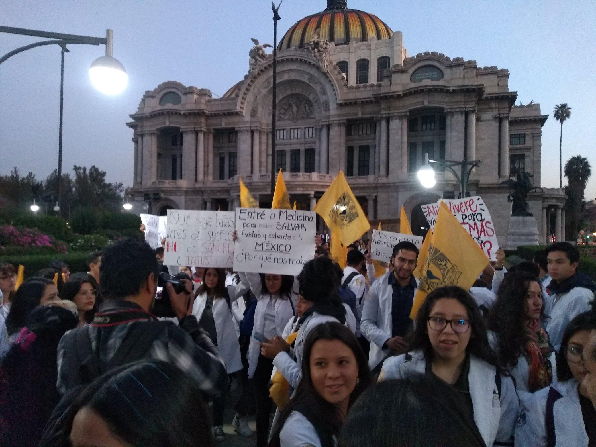 Estudiantes de Medicina protestan a Palacio Nacional