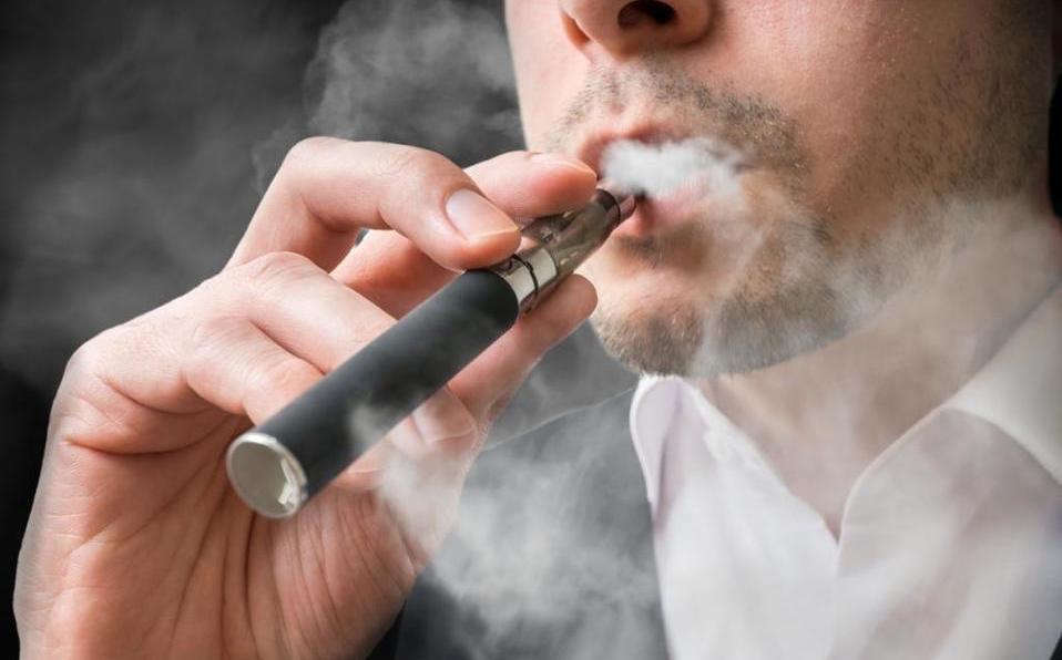 El humo de cigarro también transporta el virus COVID-19
