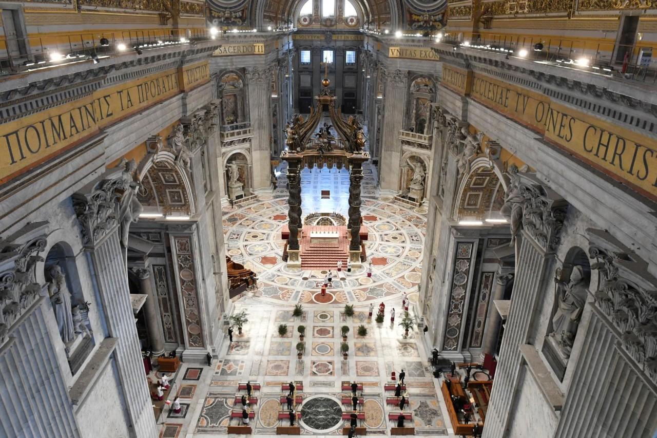 Basílica de San Pedro prácticamente vacía en Domingo de Ramos