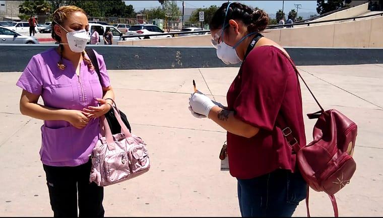 Enfermera del IMSS comunica a pacientes COVID-19 con sus seres queridos