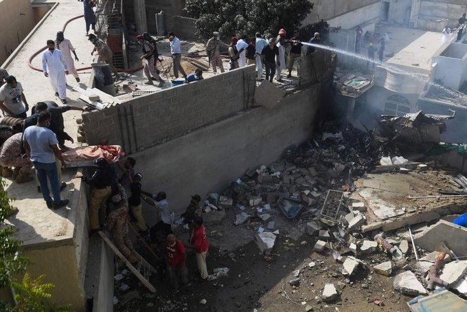 Se estrella avión en barrio residencial de Pakistán