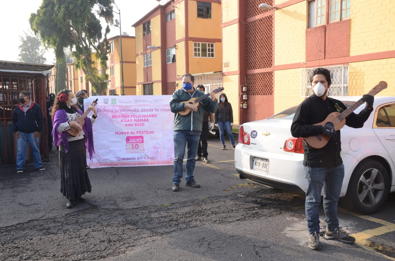 Gobierno de la Ciudad de México festeja con serenatas y sana distancia a las mamás este 10 de mayo