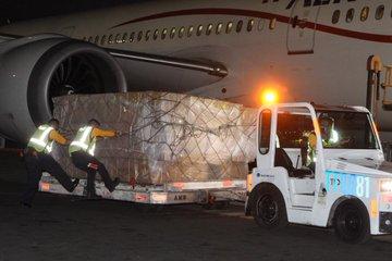 Llega a México vuelo 16 de China con más de dos millones de cubrebocas
