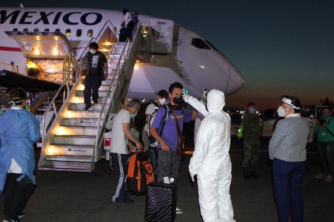 Llega a México vuelo 18 con insumos médicos de China y 54 connacionales