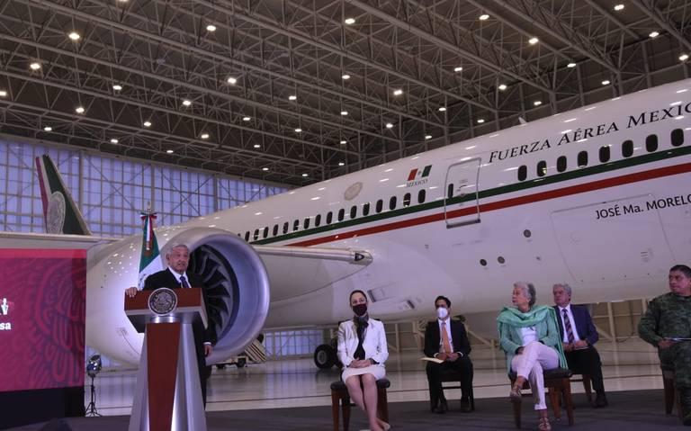 AMLO muestra interior del avión presidencial