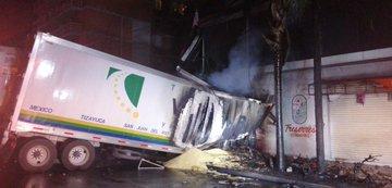 Tráiler de doble caja choca y se incendia en el Eje Central