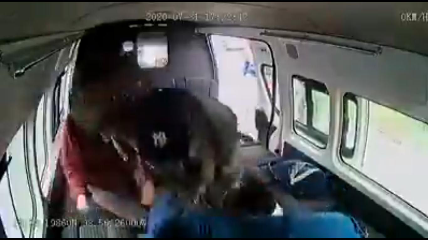 Usuarios de transporte público golpean a asaltante por casi 5 minutos