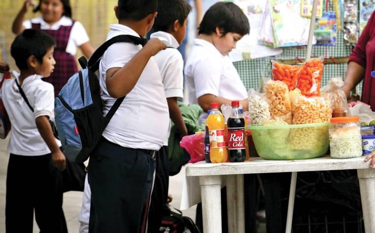 Oaxaca prohíbe venta de refrescos y comida chatarra a menores