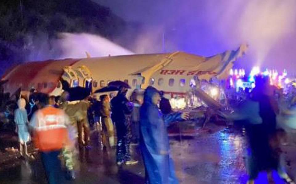 Avión de la India se parte en dos al aterrizar de emergencia